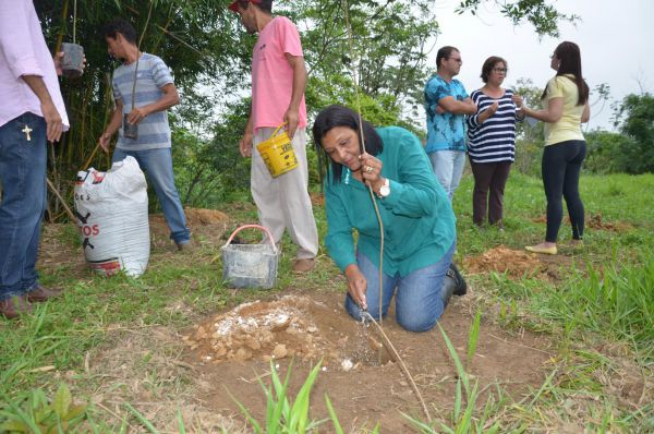 Mão na massa: Prefeita Cida fez questão de plantar a primeira muda, às margens do Rio Piá, afluente do Paraíba do Sul (Foto: Divulgação PMPR)