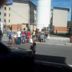 À procura de água: Fila de moradores com baldes e galões têm se formado no residencial do bairro Três Poços ( Foto: Enviada via Facebook por Leidiane Lacerda)