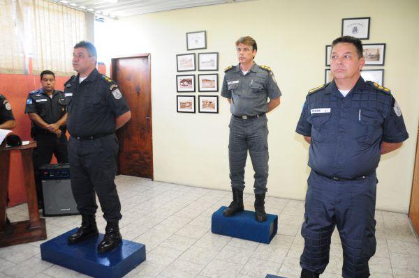 Cerimônia: Luiz Claudio Regis (à esquerda) passa o comando do 28º BPM a César Augusto (à direita) ; passagem foi realizada pelo comandante Igor Magalhães (ao fundo) (Foto: Paulo Dimas)
