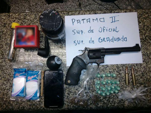 Ilegal: Revólver, munições, material para endolação e trouxinhas de maconha foram apreendidos na ação (Foto: Cedida pela Polícia Militar)