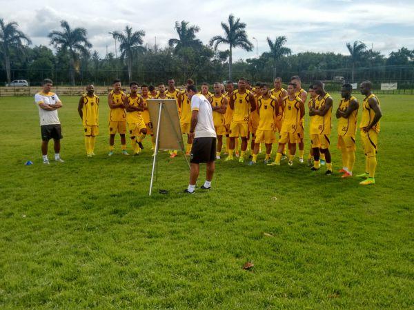 Em campo: Comissão técnica passa orientações para jogadores (Foto: Divulgação)