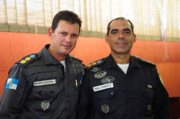 Mudança: Moretzsohn (à esquerda) dá lugar a Paulo Roberto Neves Junior (à direita) no batalhão de Resende (37º BPM) (Foto: Paulo Dimas)