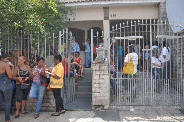 À espera: Agentes participaram de uma reunião na sede da OS no início da semana e cobram pagamento de direitos trabalhistas (Foto: Franciele Bueno)