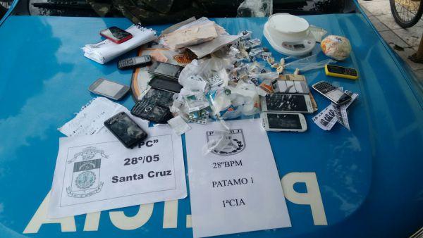 Ilícito: Drogas, celulares, balança e um papel com a contabilidade do tráfico foram encontrados no Residencial Ingá II (Foto: Cedida pela Polícia Militar)