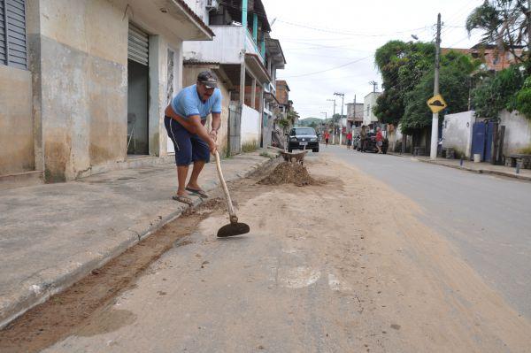 Segunda-feira de trabalho: Morador retira lama da Rua Florianópolis, em Barra Mansa (Foto: Renato Sitta)
