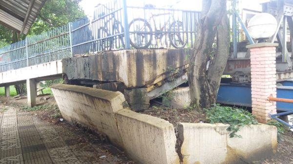 Sem entrada: Bases da passarela foram danificadas após chuvas e cheia do Rio Paraíba do Sul (Foto: Enviada via WhatsApp por Thalis da Silva Ferreira)