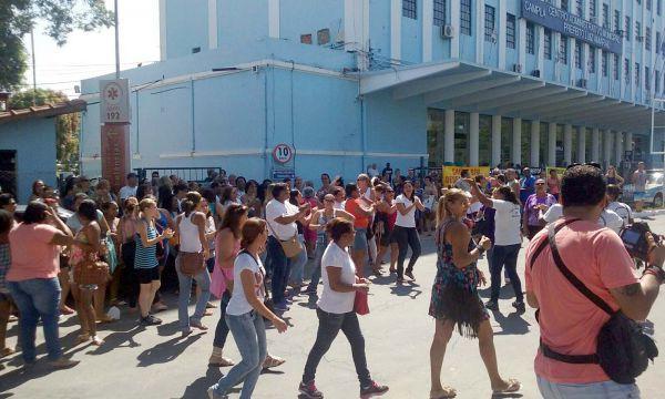 Manifestação: Profissionais da saúde foram até a sede da prefeitura   (Foto: Paulo Dimas)