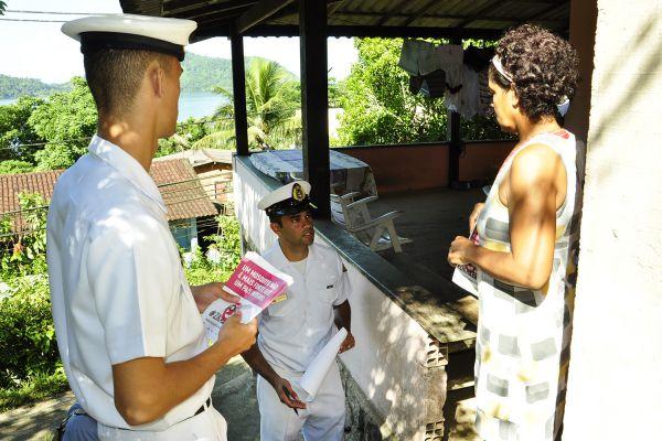 Militares da Marinha visitam residências em Angra dos Reis  (Foto: Divulgação)