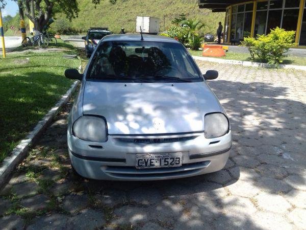 Na Via Dutra: Renault Clio constava no sistema da PRF como sendo um veículo furtado e acabou apreendido pelos agentes (Foto: Cedida pela PRF)