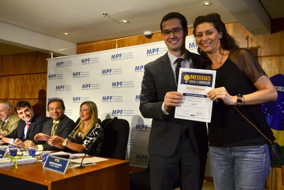 Atentos: Representantes do MP comemoram superação da meta de 1,5 milhão de assinaturas; atriz Maria Fernanda Cândido foi homenageada (Foto – Rovena Rosa/Agência Brasil)