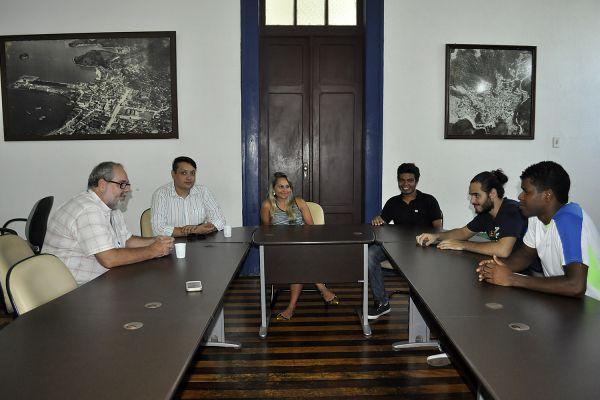 Diálogo: Universidade, conselho e coordenador da juventude discutem opções para estudantes em Angra dos Reis