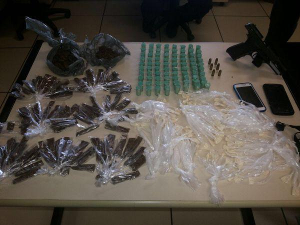 Farto material: Pedaços de maconha, droga picada, papelotes de cocaína e uma pistola com munições foram apreendidas (Foto: Cedida pela polícia)