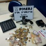 Dinheiro e um revólver calibre 38 foram apreendidos com a dupla (Foto: Cedida pela Polícia Civil)