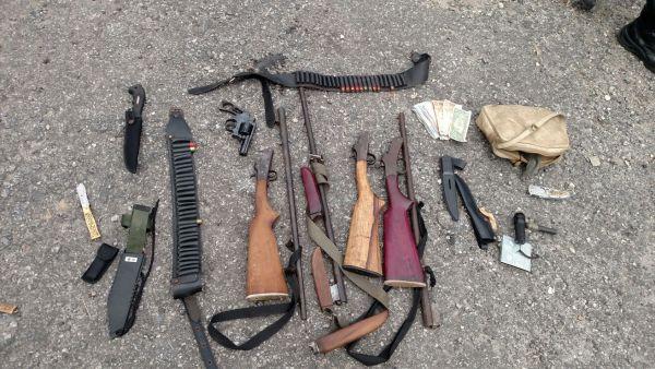 Com os bandidos, polícia apreendeu nove revólveres, três espingardas, duas facas, cinco canivetes, farta munição e dinheiro