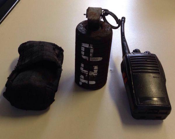 Na fuga: Uma granada e um rádio comunicador foram deixados pelos criminosos que trocaram tiros com os PMs no Sapinhatuba II (Foto: Cedida pela Polícia Militar)