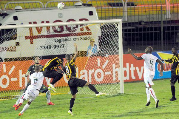 Lutando: Tiago Amaral mostrou muita disposição e fez dois gols (Foto: Paulo Dimas)