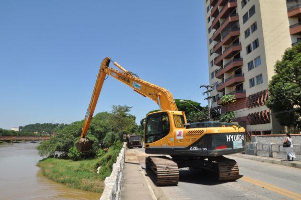 Limpeza: Trabalho prevê a retirada de bancos de areia e barro, desde onde o rio deságua até a Ponte Nilo Peçanha (Foto: Divulgação PMR)