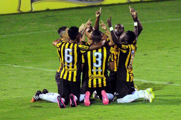 União: Jogadores celebram o primeiro gol do Voltaço (Foto: Paulo Dimas)