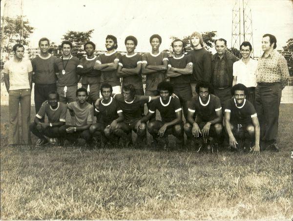 Histórica: Prefeito Nelson Gonçalves (de camisa estampada) posa com uma das primeiras formações do Voltaço