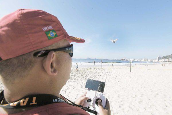 No ar: Pela primeira vez no verão carioca, drone tem contribuído para facilitar salvamentos de vítimas de afogamento (Foto: Maurício Pingo)