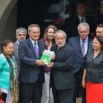 Erguendo: Lula segura exemplar da Constituição junto com o senador Renan Calheiros
