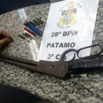 Apreensão: Espingarda de calibre 44, sem marca e numeração raspada, e várias munições foram achadas na casa do suspeito (Foto: Cedida pelo 28º BPM)
