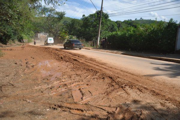 Transtorno: Deslizamentos de terra têm incomodado moradores e prejudicado o trânsito na Avenida Nossa Senhora do Amparo (Foto: Franciele Bueno)