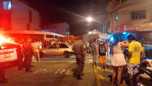 Rua Oscar de Almeida Gama, no Aterrado, ficou fechada parcialmente (foto: Enviada pelo WhatsApp)
