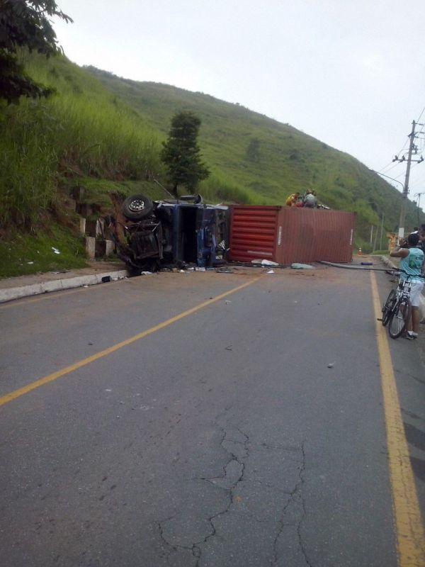 Acidente aconteceu na entrada de Barra Mansa, na altura do bairro Abelhas (foto: enviada pela WhatsApp)