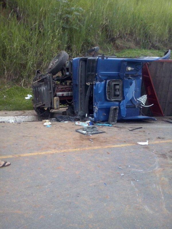 Carreta estava carregada com um container e tombou na altura do bairro Abelhas, em Barra Mansa, depois que motorista foi baleado (Foto: Enviada por WhatsApp)