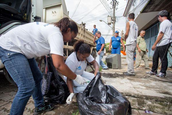 Mutirão: No bairro Vila Maria equipes recolheram lixo e entulhos que pudessem se tornar criadouros do mosquito Aedes aegypti (Foto: Divulgação PMBM/Cris Oliveira)