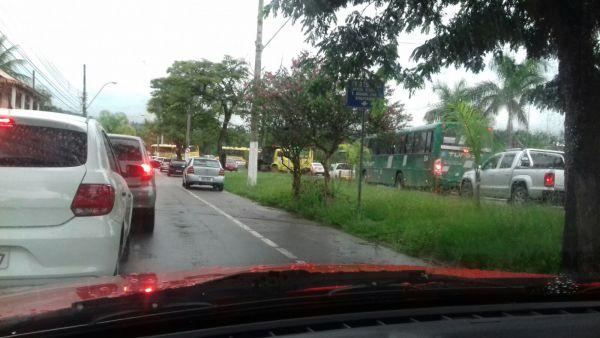 Trânsito próximo ao antigo Hospital Santa Margarida, no bairro Niterói, está parado (Enviada via WhatsApp por Jadylson Oliveira)
