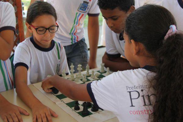 Mais Educação: Oficina de xadrez promovida na Praça Luiz Gonzaga, no Centro, atraiu interessados e olhares curiosos (Foto: Divulgação PMP)