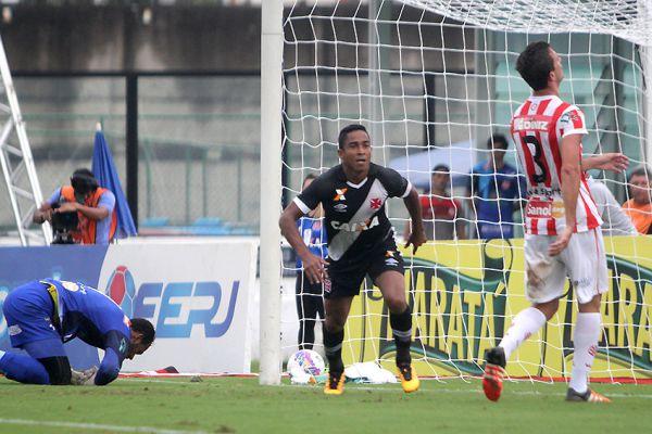 Correu para o abraço: Jorge Henrique marcou o primeiro gol do Vasco, depois de cruzamento de Madson (Foto: Divulgação/Paulo Fernandes/Vasco.com.br)
