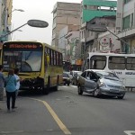 Batida: Citroën Picasso teve a lateral atingida pelo ônibus que passava pela Avenida Amaral Peixoto, no Centro (Foto: Enviada via WhatsApp)