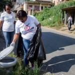 Contra o mosquito: Agentes da ação percorreram a localidade recolhendo materiais inservíveis e visitando residências (Foto: Divulgação PMBM/Gabriel Borges)