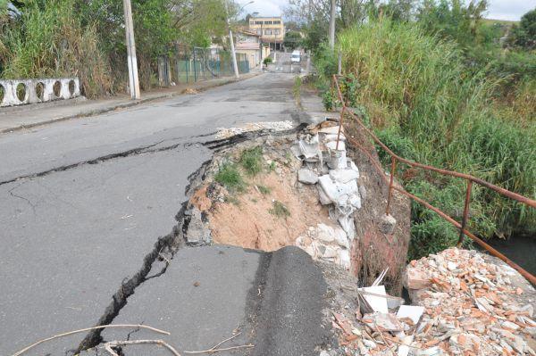 Estrago: Problema de longa data é transtorno para quem precisa passar pelo local no bairro Casa de Pedra, em Volta Redonda (Foto: Libânia Nogueira)