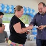 Jonas Marins realiza abertura anual do programa e entrega comprovante à beneficiada (foto: Gabriel Borges -PMBM)