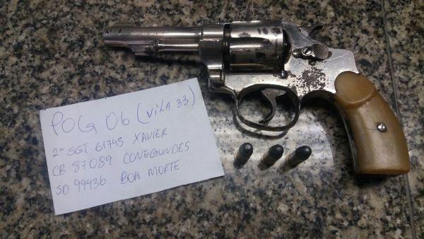 Na Vila Santa Cecília: Dupla foi flagrada com um revólver calibre 32 com duas munições; eles estavam em uma moto furtada na Rua 33 (Foto: Cedida pela Polícia Militar)