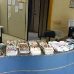 Apreensão: DVDs piratas estavam com um homem flagrado com sacolés de crack e cocaína em Paraty (Foto: Cedida pela Polícia Militar)