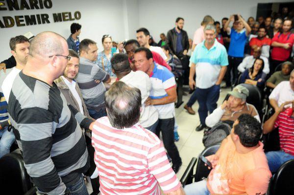 """""""Deixa disso"""": Bainaninho (de camisa listrada em azul e branco) evita que Lia Preto(de camisa branca) entre em briga (Foto: Paulo Dimas)"""