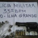 Revólver, seis munições de calibre 32, 14 sacolés de maconha foram apreendidos (Foto: Cedida pela Polícia Militar)
