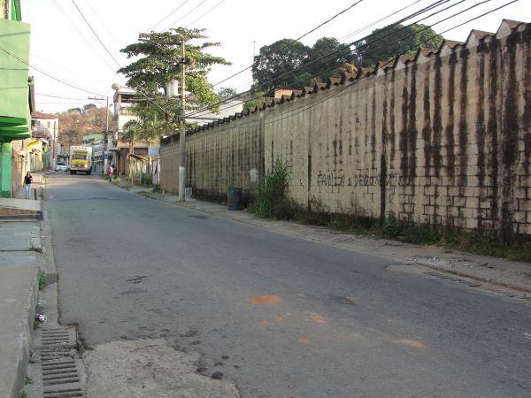 Medo: Moradores e trabalhadores da Avenida Jaraguá estão inseguros com os casos de assaltos que têm ocorrido no local (Foto: Libânia Nogueira)