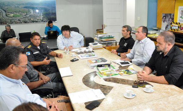 Em conjunto: Neto recebeu representantes da segurança pública e de entidades comerciais para debater ações (Foto: Divulgação PMVR)