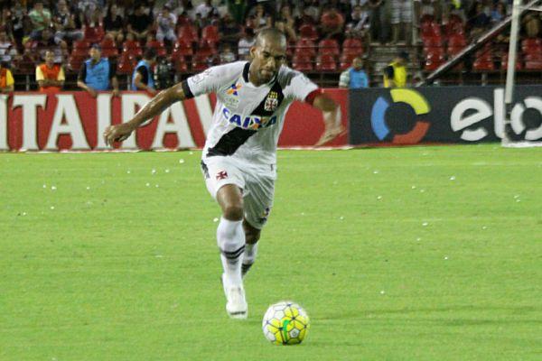 No ato: Rodrigo chuta para fazer o gol da vitória diante dos alagoanos