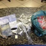 Tráfico: Na casa onde o suspeito foi encontrado a polícia apreendeu pinos de cocaína e material para embalar as drogas (Foto: Cedida pela Polícia Militar)