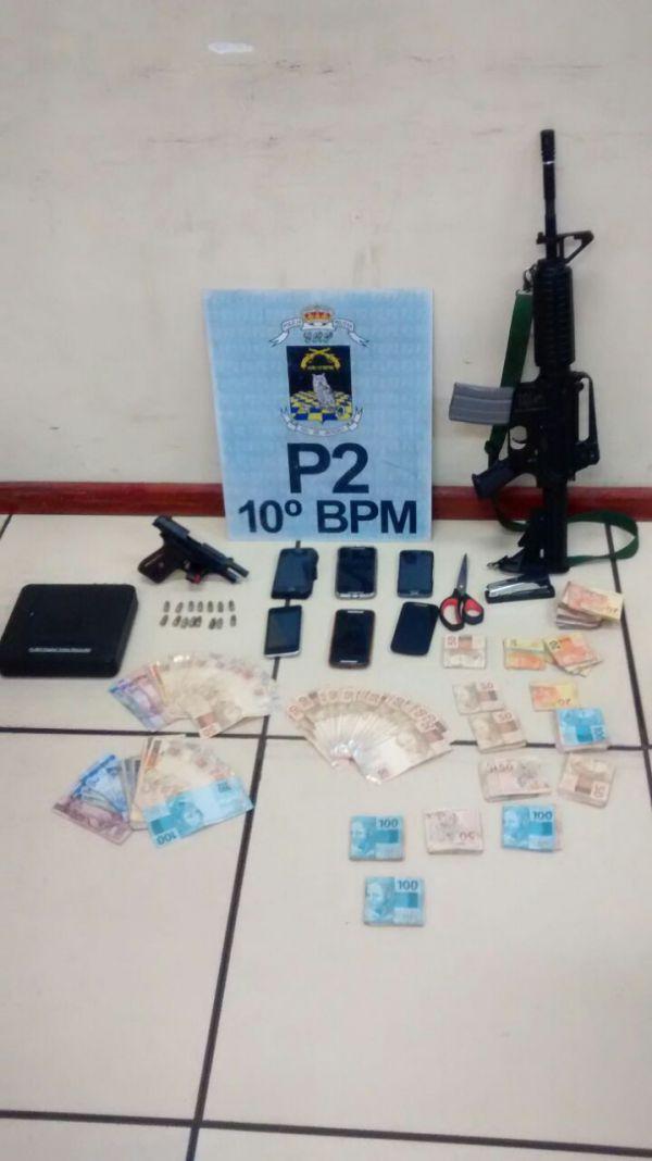 10º Batalhão: Dinheiro em espécie, uma pistola calibre 380 e uma réplica de fuzil foram apreendidos na investida policial (Foto: Cedida pela Polícia Militar)