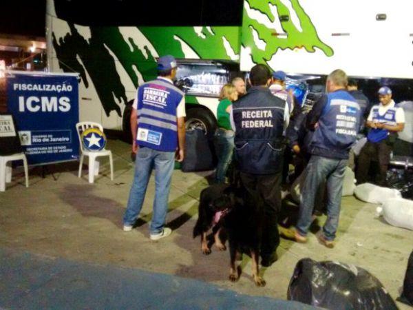 Fiscalização: Com o auxílio de cães farejadores, agentes abordaram um total de 15 ônibus e 10 caminhões (Foto: Divulgação/Cedida pela Operação Barreira Fiscal)