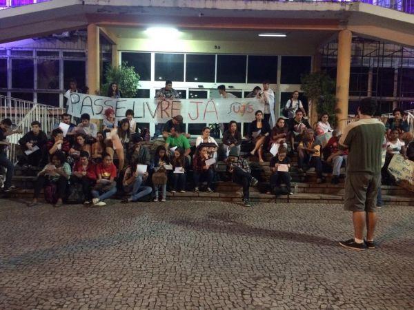 Pelo passe livre: Estudantes e manifestantes protestaram em frente à prefeitura de Volta Redonda (Foto: Divulgação Ubes)