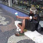 Pelas ruas: Claudemir sofre de distúrbio mental e andava com sacolas plásticas enroladas pelo corpo (Foto: Divulgação PMBM)
